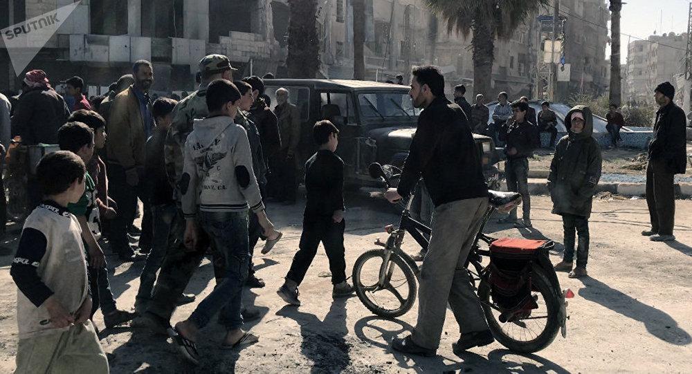Civiles en la localidad liberada de Kafr Batna en Guta Oriental, Siria