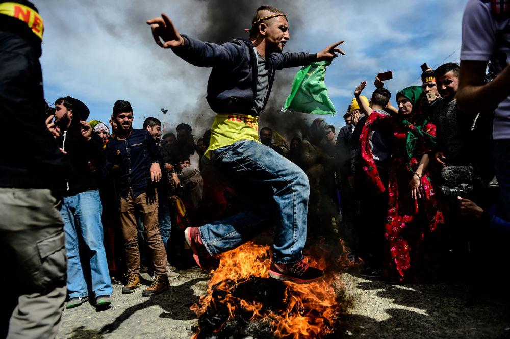 Cohetes, elecciones, gases lacrimógenos y glamur: las fotos más memorables de la semana