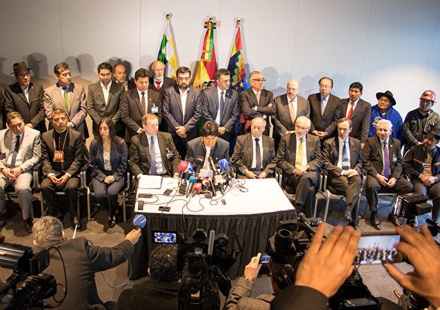 La delegación boliviana durante la rueda de prensa tras la apertura de la audiencia en la Corte Internacional de Justicia (CIJ) en La Haya