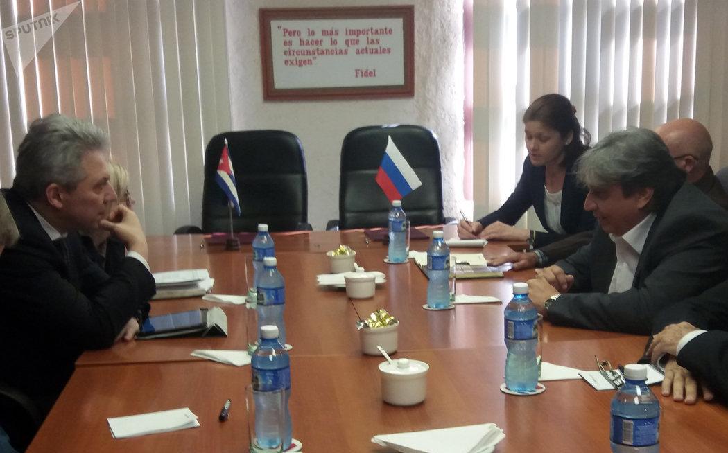 Rashid Ismailov, viceministro de Telecomunicaciones de la Federación Rusa y Alfonso Noya, presidente del Instituto Cubano de Radio y Televisión firman covenio de colaboración en La Habana