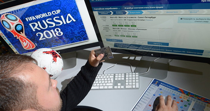 Una persona compra entradas al Mundial de fútbol de Rusia de 2018