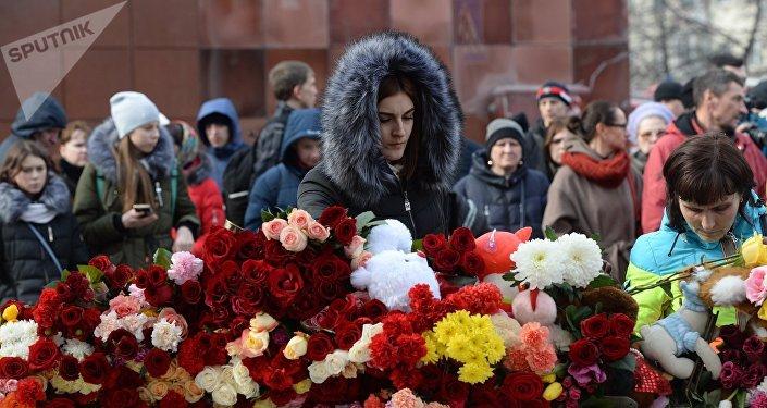 Habitantes traen flores al centro comercial de la ciudad rusa de Kémerovo en homenaje de las víctimas del incendio