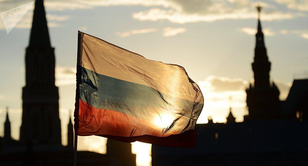 Bandera de Rusia frente a la Plaza Roja