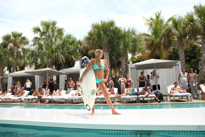 Una surfista profesional, Erica Hosseini, camina por la pasarela durante el show Oakley's Resort 2014 Swim Collection