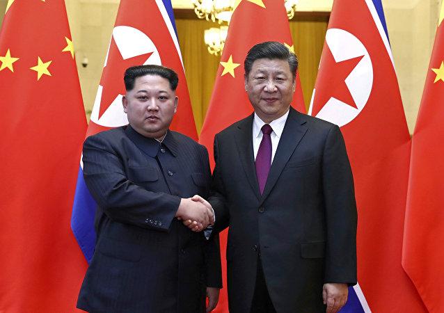 Líder norcoreano, Kim Jong-un, y el presidente chino, Xi Jinping (archivo)