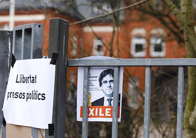 El retrato del expresidente catalán Carles Puigdemont con la petición de libertad para los presos políticos