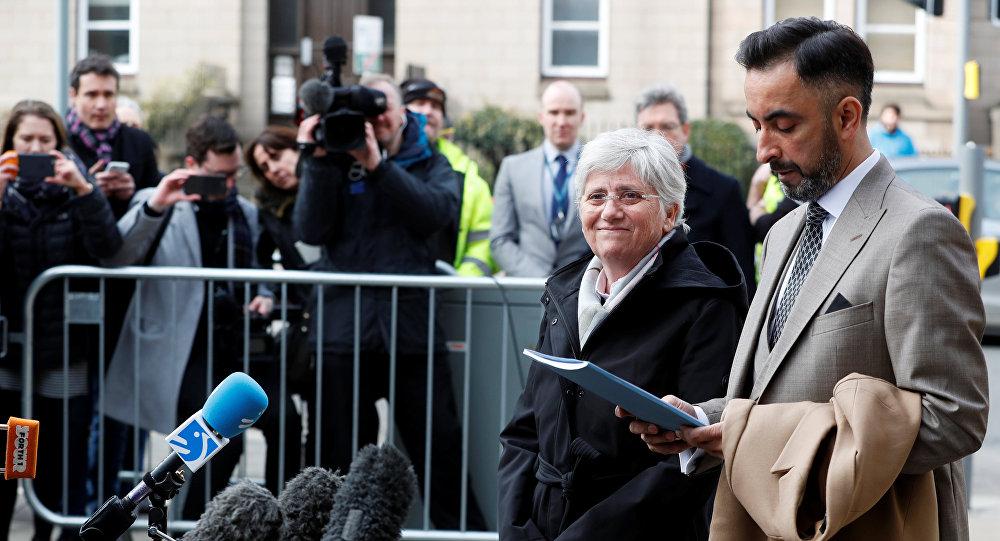 Clara Ponsatí con su abogado (archivo)