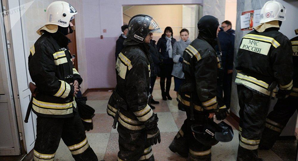 Empleados del Ministerio de Emergencias de Rusia cerca del centro comercial quemado en Kémerovo
