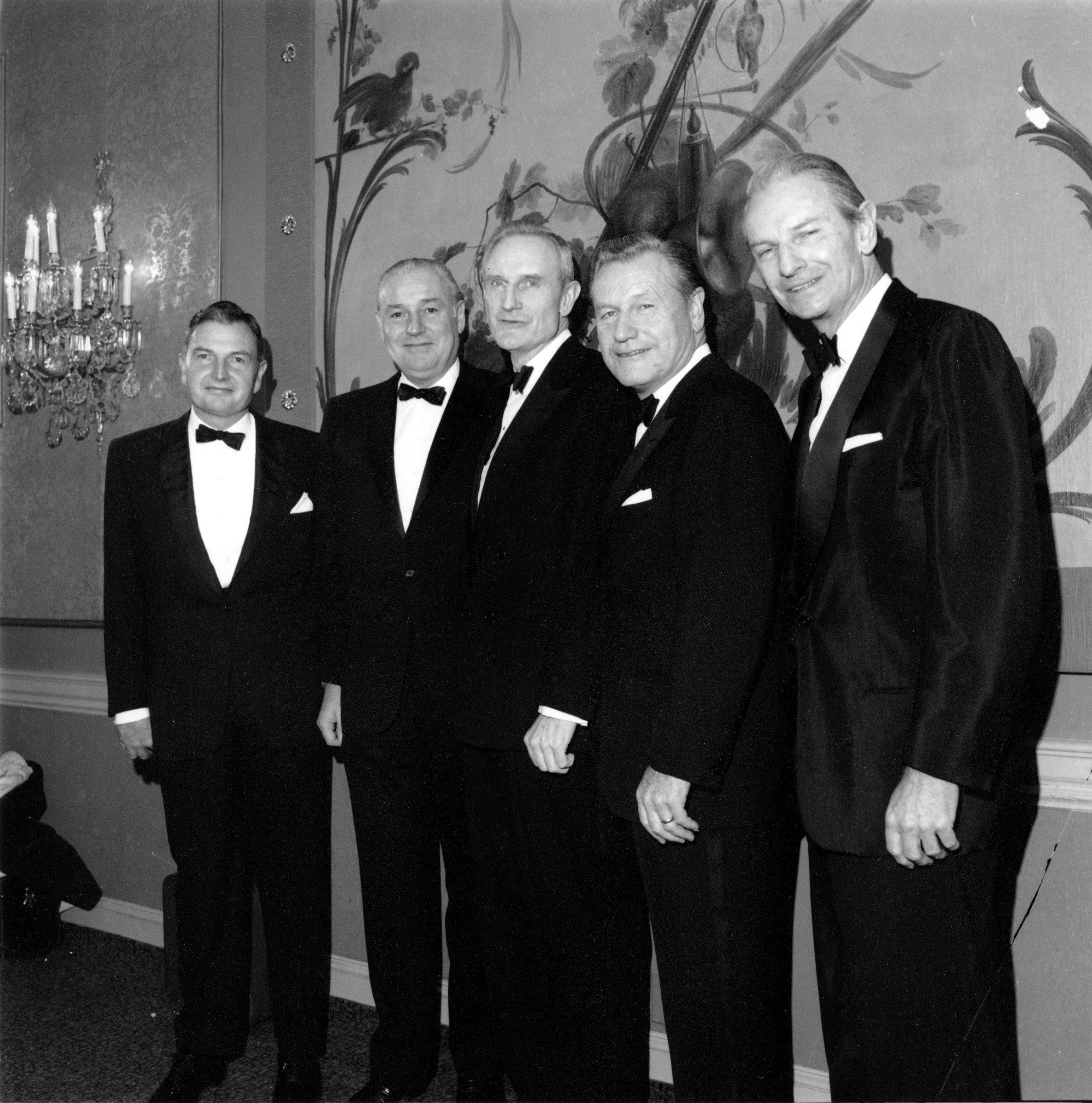 Los cinco hermanos Rockefeller se reúnen para recibir medallas de oro del Instituto Nacional de Ciencias Sociales