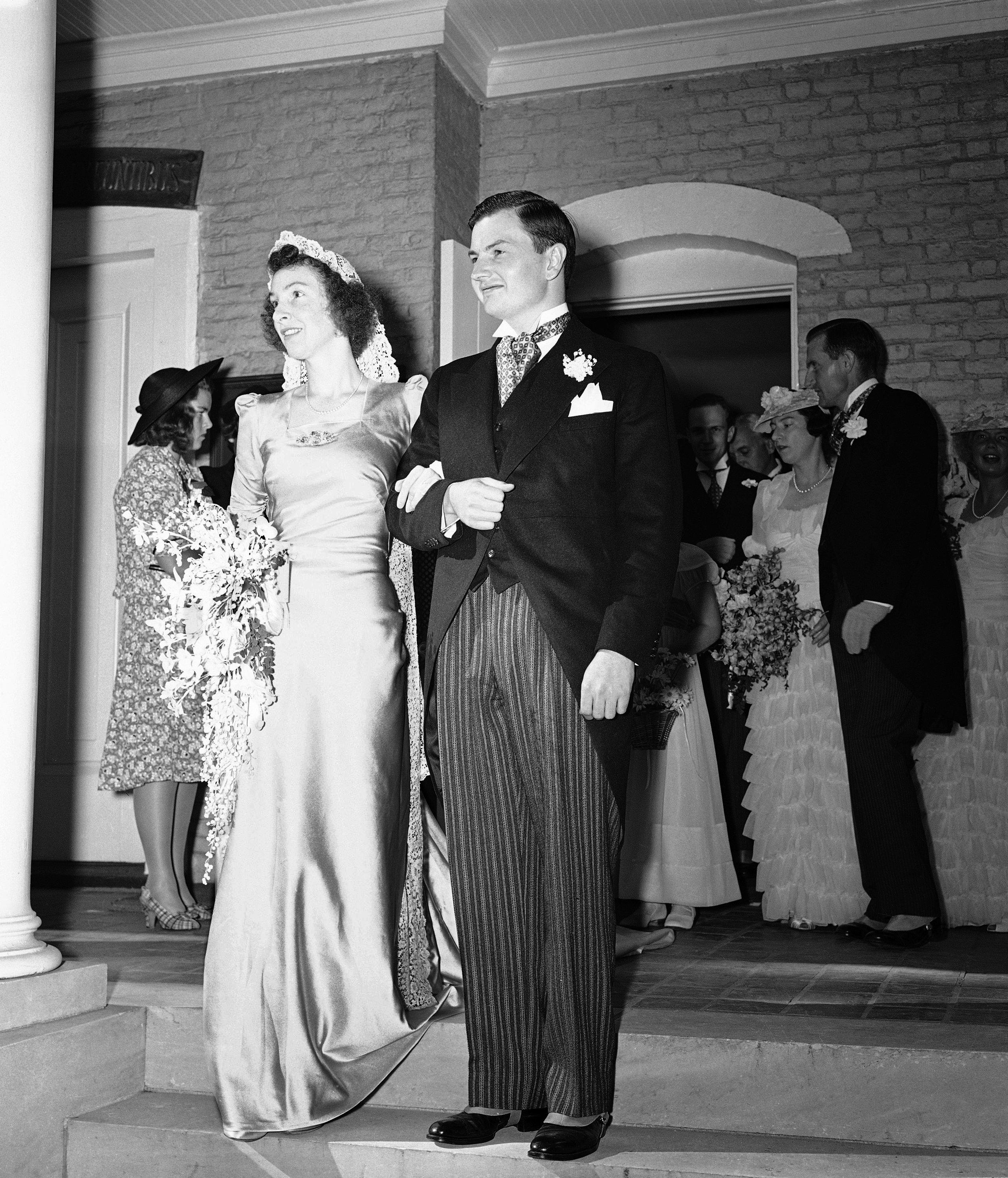David Rockefeller y su novia, Margaret McGrath, en los escalones de la iglesia de St. Matthews en Bedford después de su boda