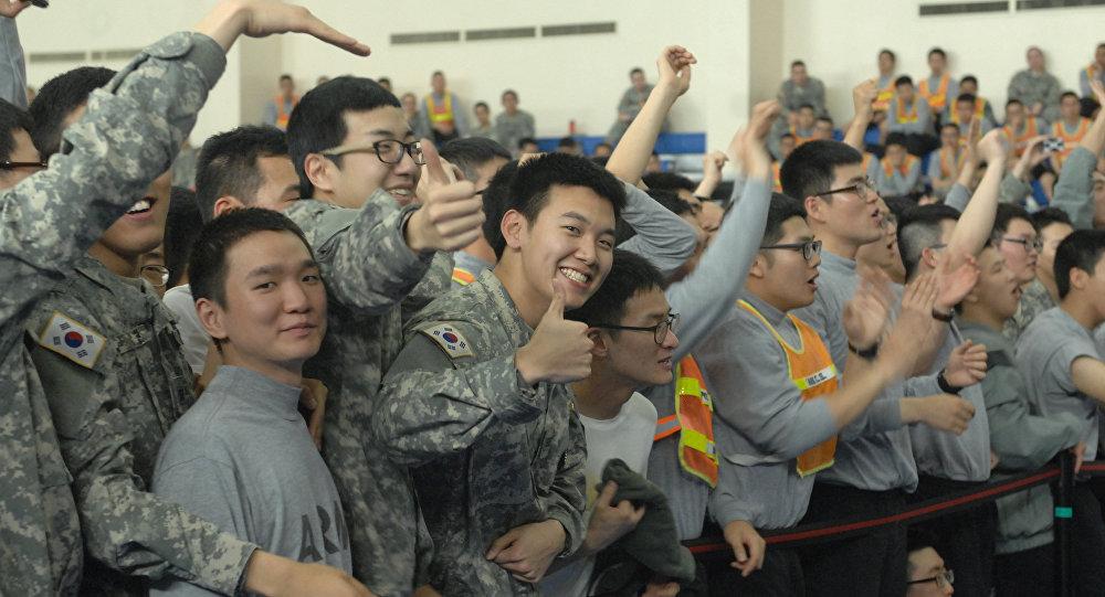 Jóvenes surcoreanos en vestimenta militar