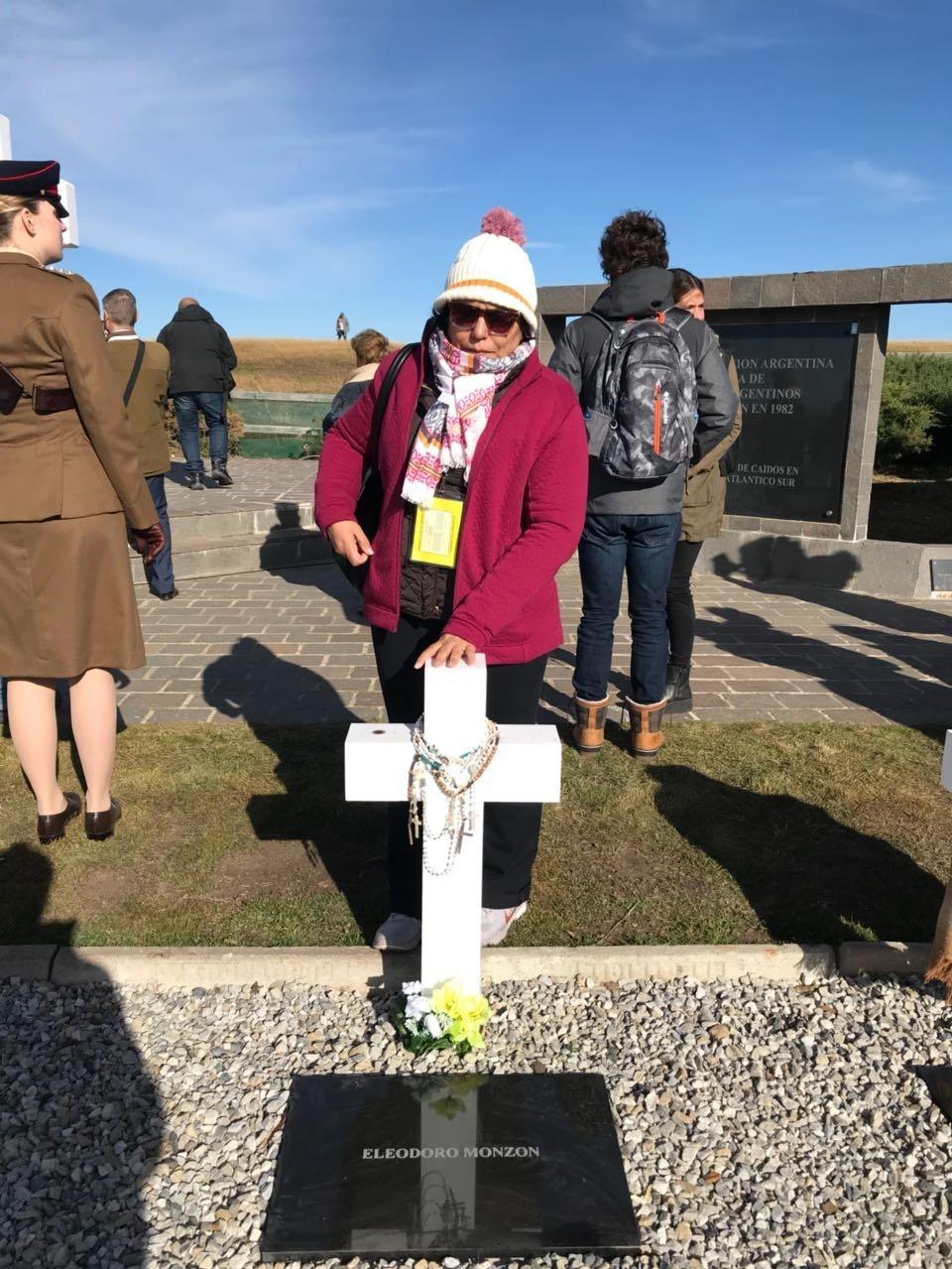 Mirta Monzón visita la tumba de su hermano, el soldado argentino caído en Malvinas Eleodoro Monzón, en el Cementerio de Darwin