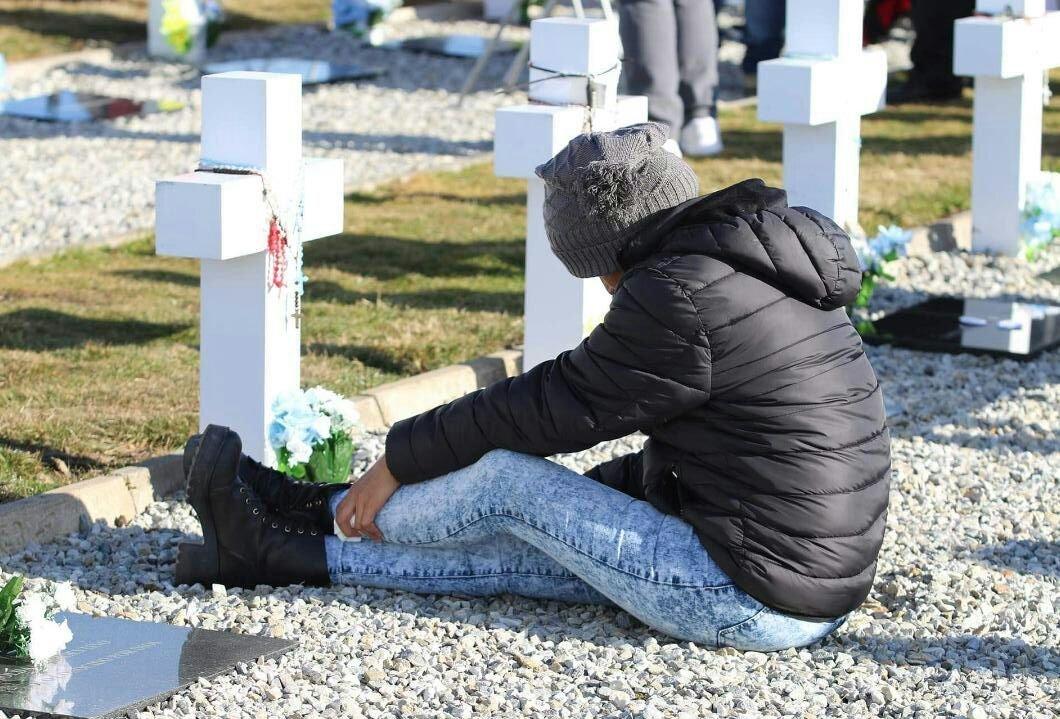 Ana Monzón visita en el cementerio de Darwin la tumba de su hermano, Juan Carlos Monzón, caído en Malvinas