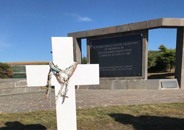 La tumba del soldado argentino caído en Malvinas Eleodoro Monzón, en el Cementerio de Darwin