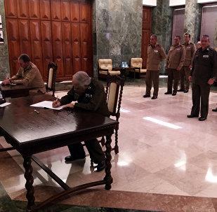 Oficiales de las FFAA y del Ministerio del Interior cubanos firman el libro de condolencias por las víctimas de Kémerovo