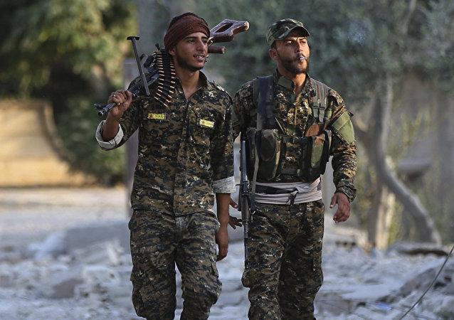 Combatientes de las Fuerzas Democráticas Sirias en Al Raqa