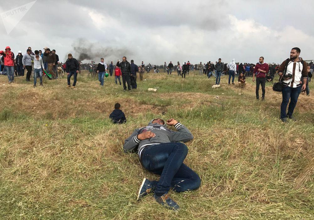 Feroces enfrentamientos entre palestinos y militares israelíes junto a la frontera de la Franja de Gaza