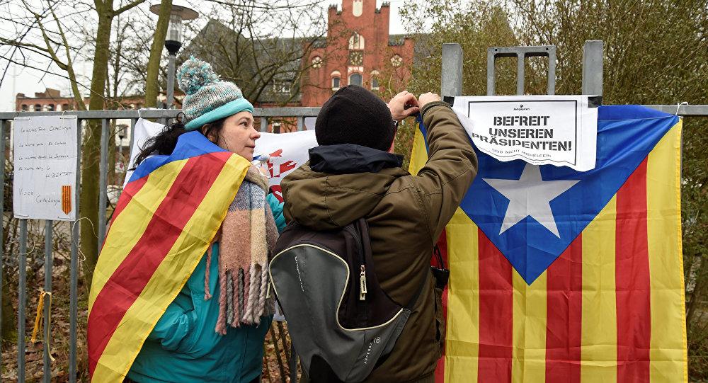 Manifestantes con las banderas independentistas de Cataluña en Neumuenster, Alemania