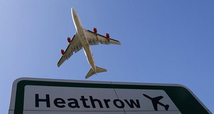 Avíon vuela desde el aeropuerto Heathrow
