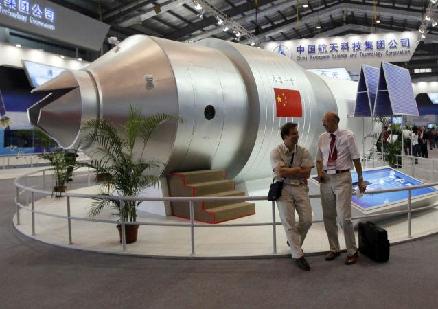 Un modelo de la estación espacial china Tiangong-1 en un salón aeroespacial en China