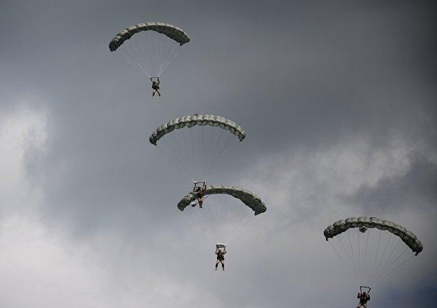 Paracaidistas rusos durante unas maniobras (archivo)