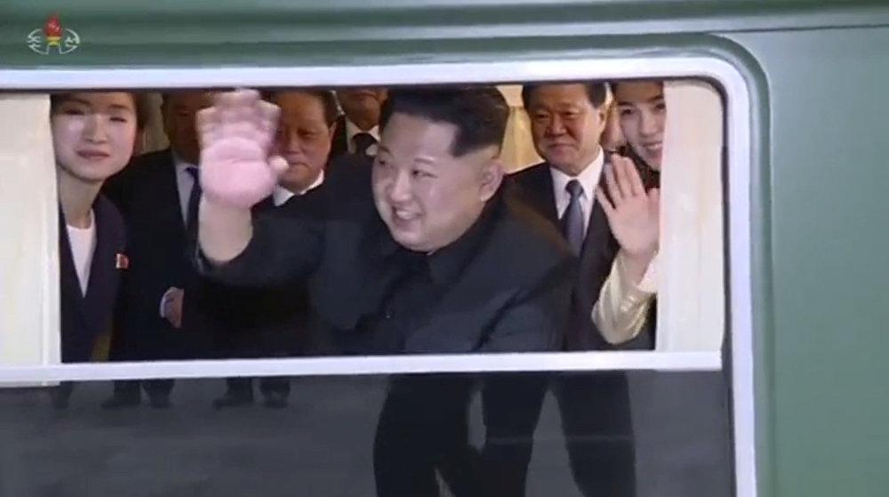 Kim Jong-un, líder norcoreano, saluda desde el interior de su tren