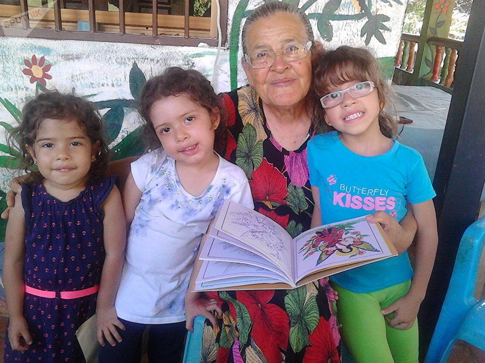 Rafaela Baroni posa junto a algunos niños que la visitan a diario