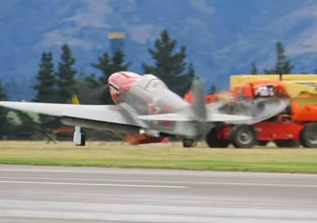 Un caza Yak-3 choca contra un auto al aterrizar y un ala acaba en mil pedazos