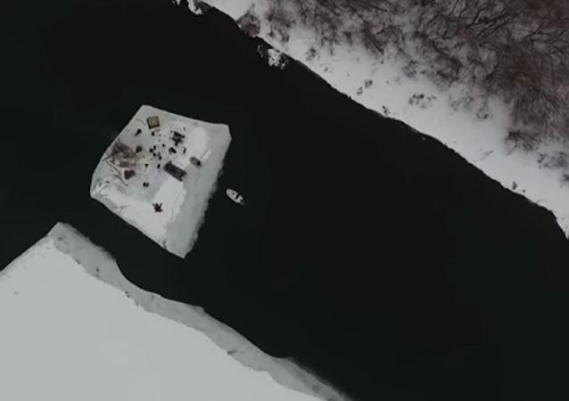 Aventura a la rusa: quince personas navegan sobre una placa de hielo por el río Don