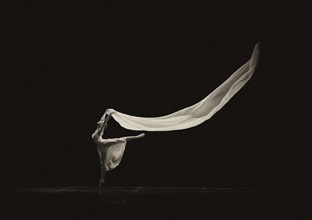 Una mujer bailando (imagen referencial)
