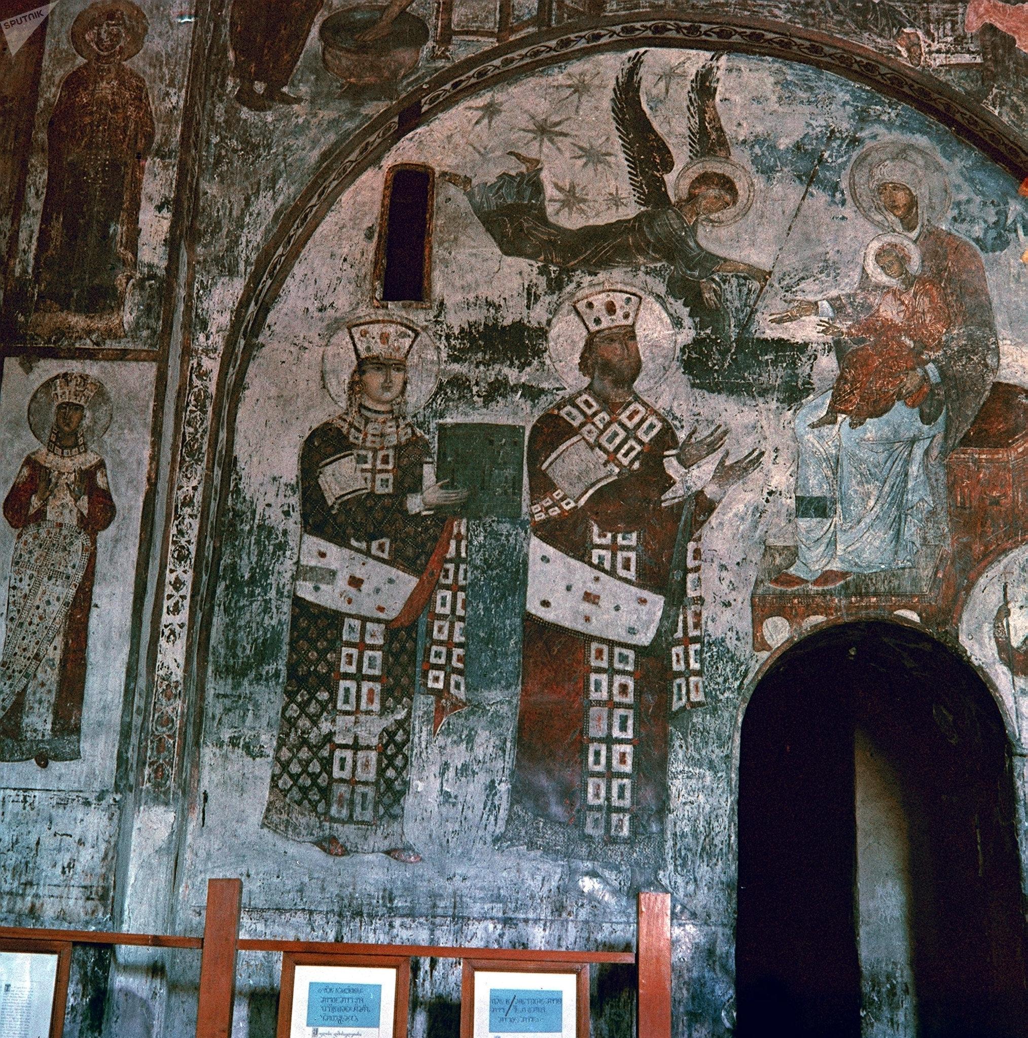 Un fresco con la reina Tamara y su padre, el zar Jorge III, en el monasterio de la cueva de Vardzia —en el sur de Georgia—, tallado en la roca en los siglos XII-XIII