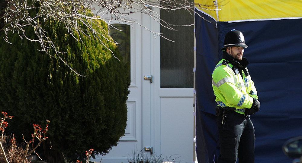 Un policía británico frente a la casa de Serguéi Skripal