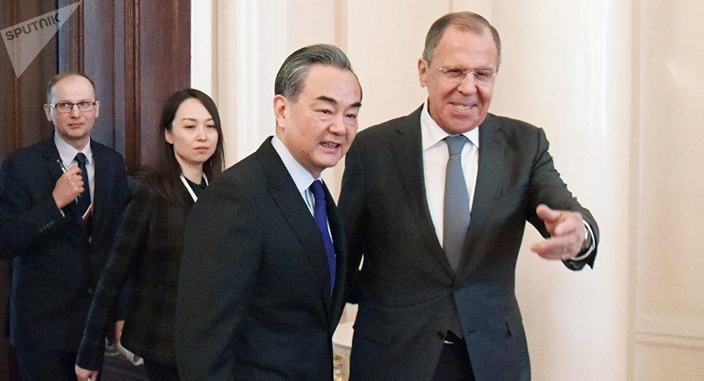 Ministro de Asuntos Exteriores de China, Wang Yi, y su homólogo ruso, Serguéi Lavrov