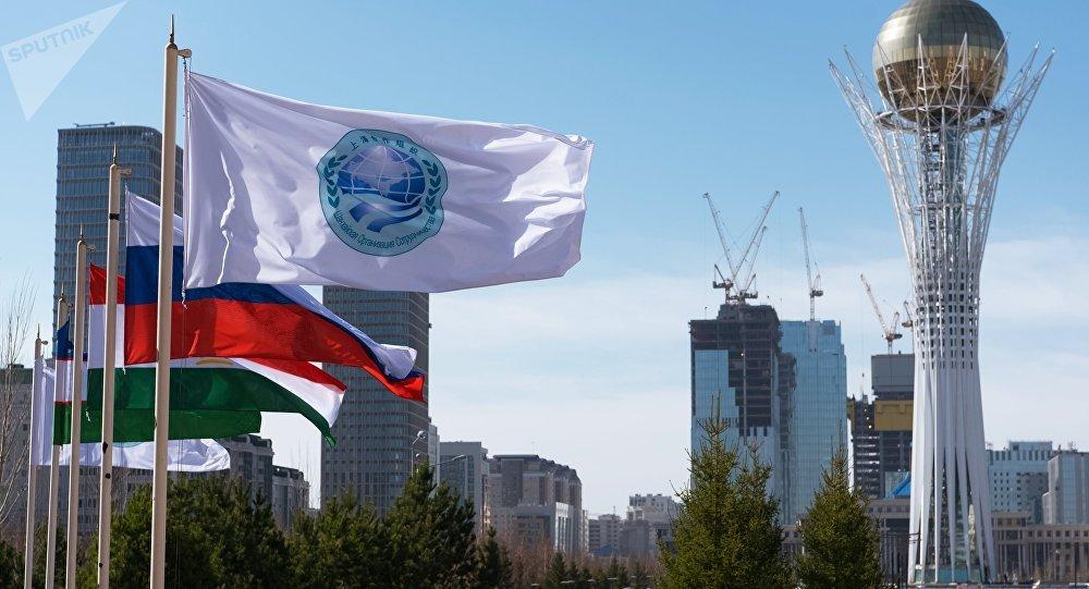 La bandera de la Organización de Cooperación de Shanghái (OCS) y las banderas de sus miembros, Astaná, Kasajistán