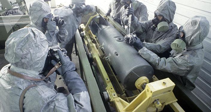 Preparativos para una demostración de tecnología soviética para la destrucción de municiones químicas