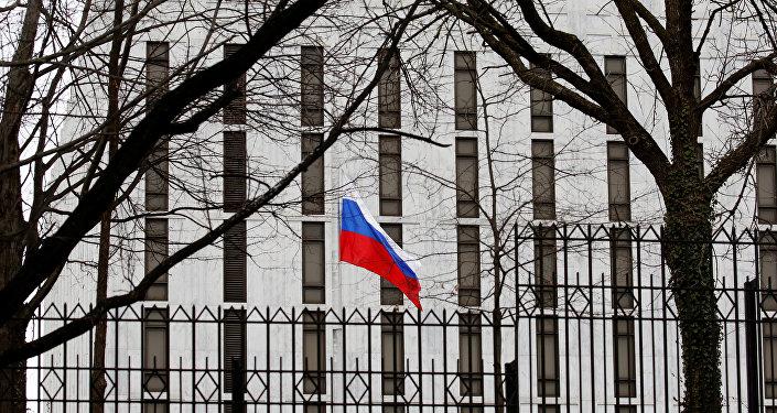 La bandera de Rusia en la Embajada rusa en Washington. EEUU
