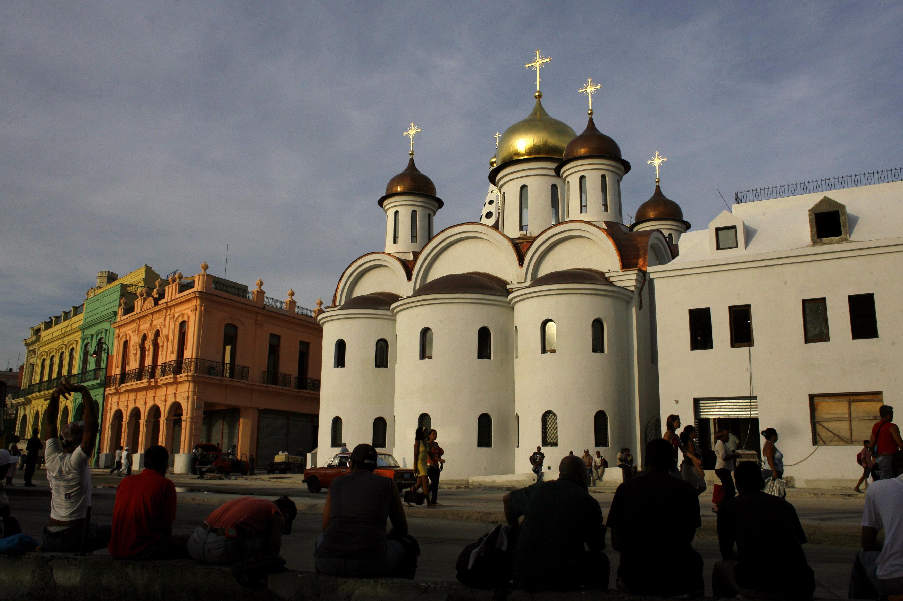 Los cubanos curiosos ante la nueva catedral de la Iglesia Ortodoxa rusa en La Habana