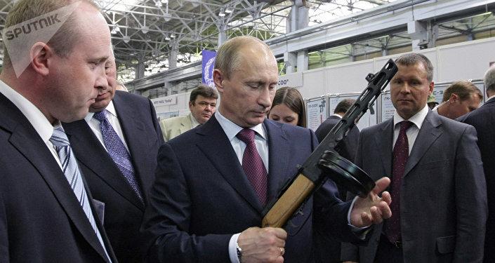 Vladímir Putin posa con una metralleta en las instalaciones de Kalashnikov en 2010