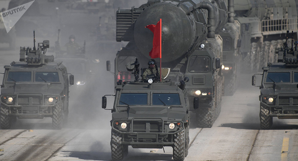 Vehículos blindados Tigr y sistemas de misiles Yars durante el ensayo del desfile militar dedicado al Día de la victoria en Alábino (Rusia)
