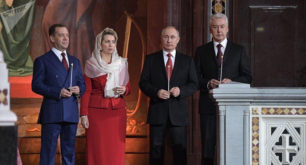 Dmitri Medvédev con su esposa Svetlana, Vladímir Putin y Serguéi Sobianin en el Templo de Cristo el Salvador de Moscú
