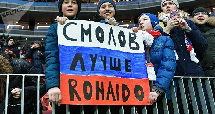 Hinchas rusos durante el amistoso entre las selecciones de Brasil y Rusia