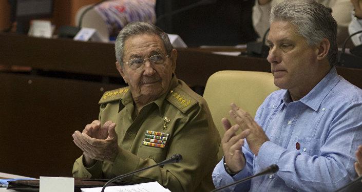 Raúl Castro aplaude a Díaz-Canel durante una sesión de la Asamblea Nacional en La Habana