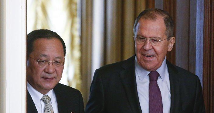El ministro de Exteriores de Corea del Norte, Ri Yong-ho, y el canciiller ruso, Serguéi Lavrov