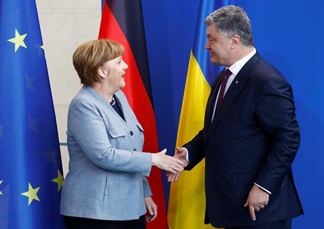 La canciller de Alemania, Angela Merkel, y el presidente de Ucrania, Petró Poroshenko