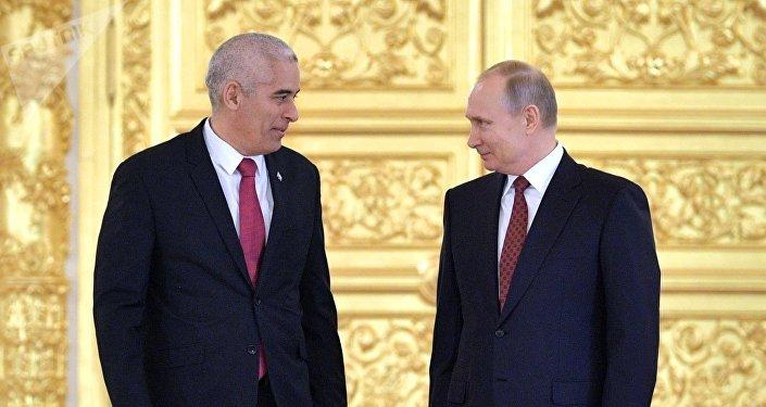 El presidente de Rusia, Vladímir Putin con el embajador de Cuba en Moscú Gerardo Peñalver Portal