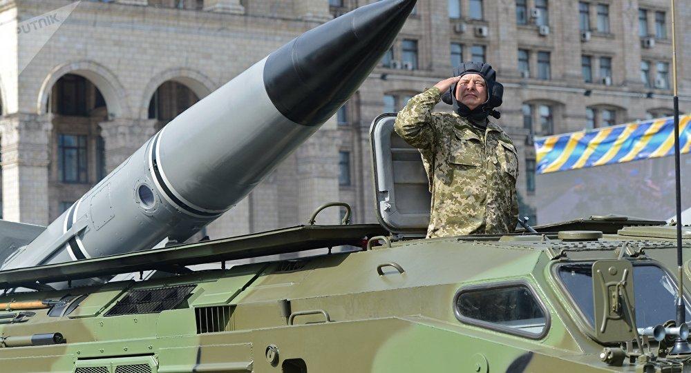 Un soldado sobre un sistema de misiles durante la celebracion del Día de Independencia en Kiev
