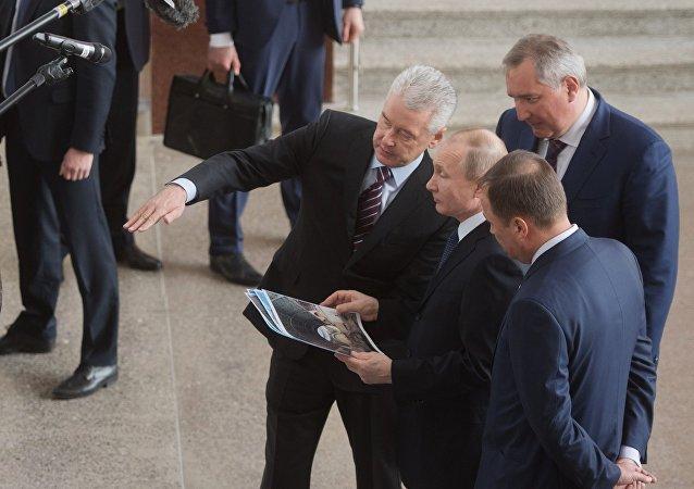 El presidente de Rusia, Vladímir Putin, visita el pabellón de la cosmonáutica en el Centro Panruso de Exposiciones, Moscú, el 12 de abril de 2018