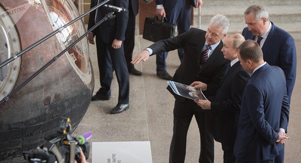 El presidente de Rusia Vladímir Putin visita el pabellón de la cosmonáutica en el Centro Panruso de Exposiciones Moscú el 12 de abril de 2018