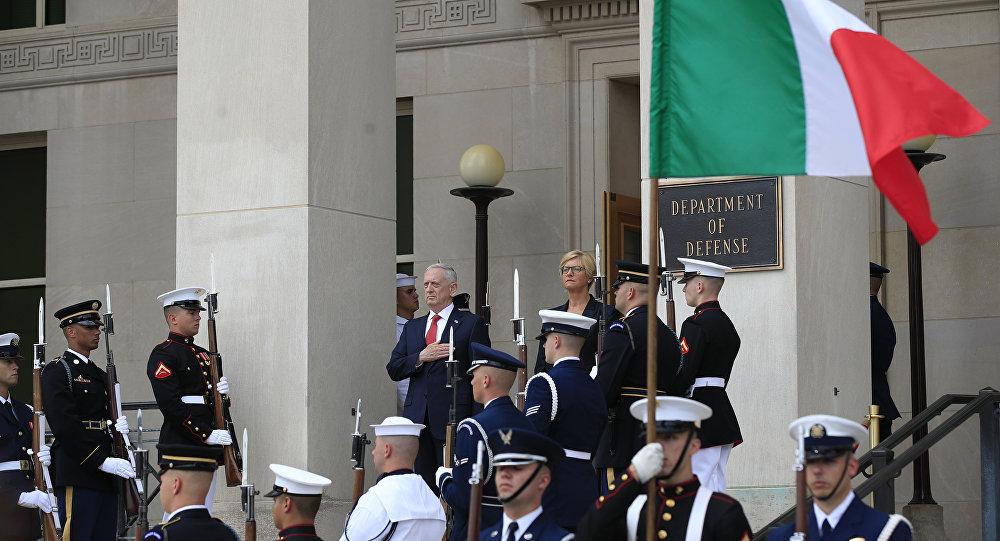 Jim Mattis, secretario de Defensa de EEUU, y Roberta Pinotti, ministra de defensa de Italia (archivo)