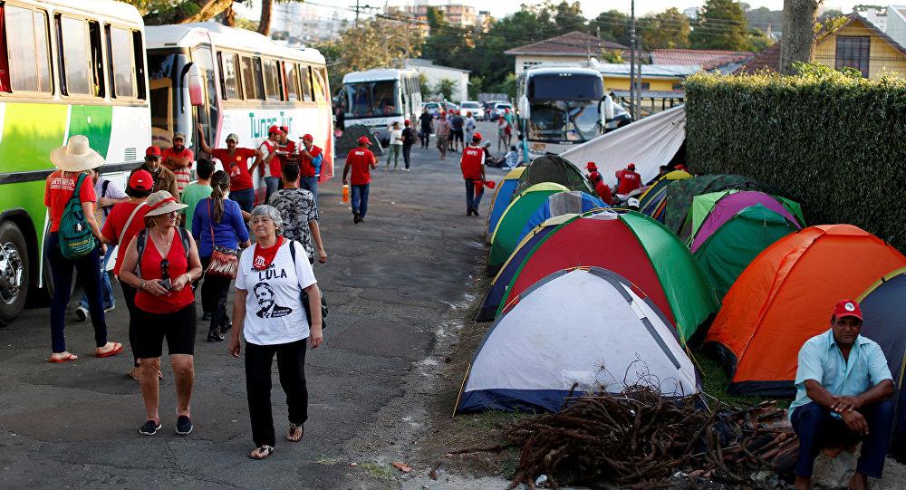 Campamento de simpatizantes de Lula en Curitiba